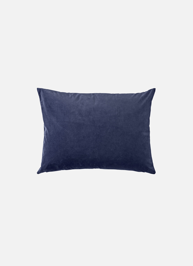 Aytm_Cushion_velvet_navy_55x68cm